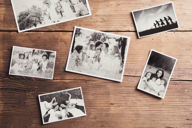 Fotos de família colocadas em uma tabela imagem de stock royalty free