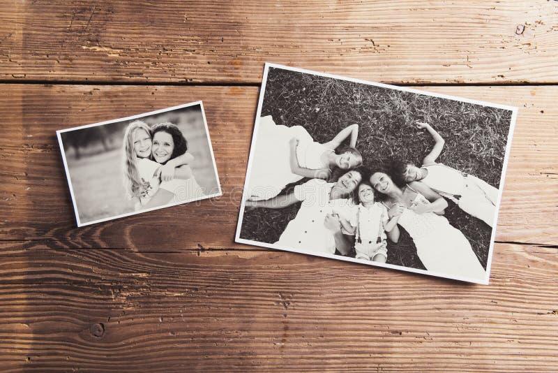Fotos de família colocadas em uma tabela foto de stock royalty free