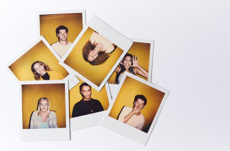 Fotos De Filmes Instantâneos De Jovens Homens E Mulheres Para Modelar A Fundição Em Estúdio Em Fundo Branco foto de stock