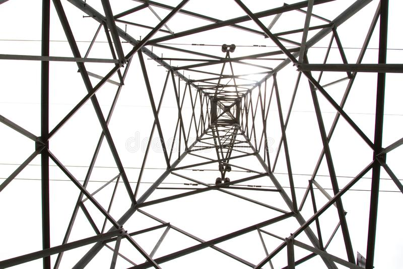 Fotos de la esquina inferior de los posts o de la torre de alto voltaje del alto voltaje foto de archivo
