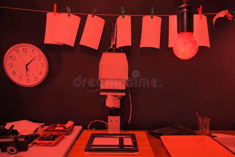 Fotos De La Impresión Del Cuarto Oscuro Imagen de archivo - Imagen ...