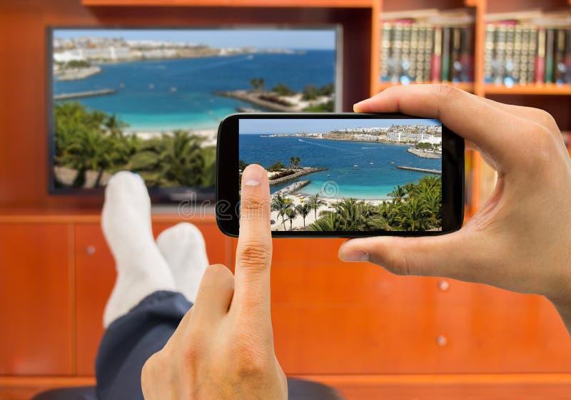 Fotos de observação com conexão entre a tevê e o smartphone espertos fotografia de stock royalty free