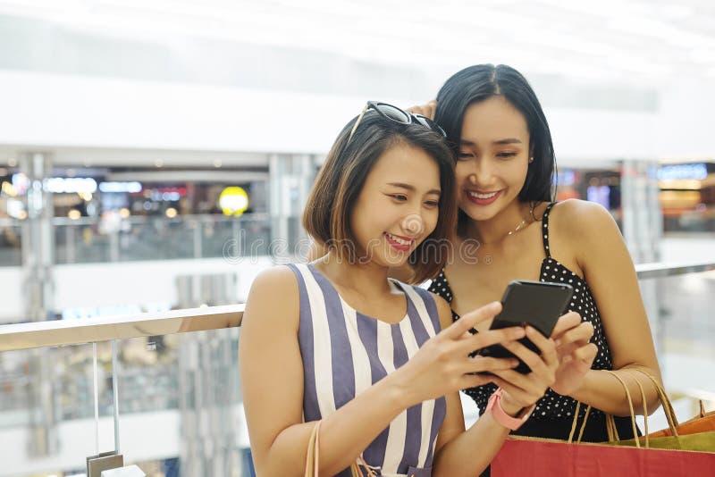 Fotos de observación en el teléfono móvil después de hacer compras foto de archivo