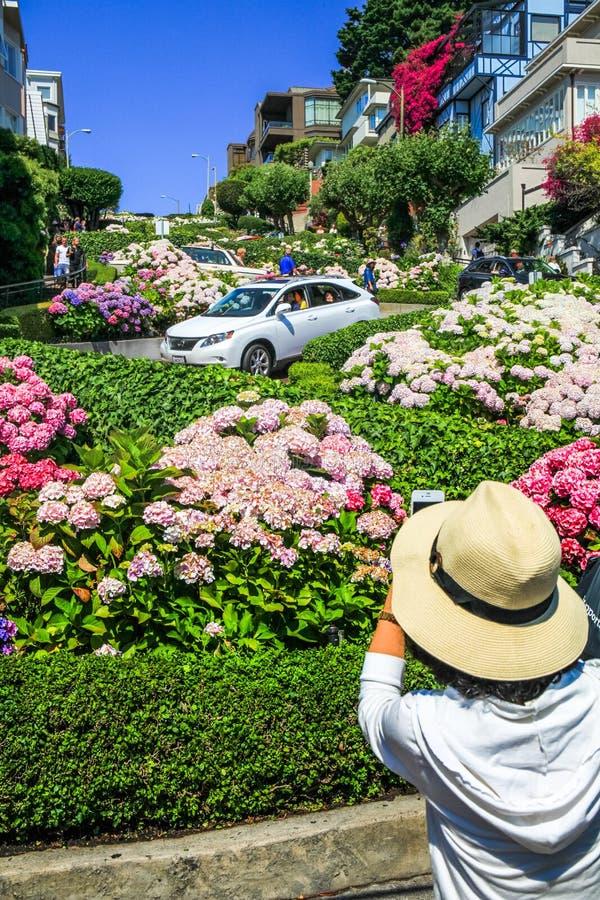 Fotos de San Francisco Lombard Street Tourist Taking imagen de archivo libre de regalías