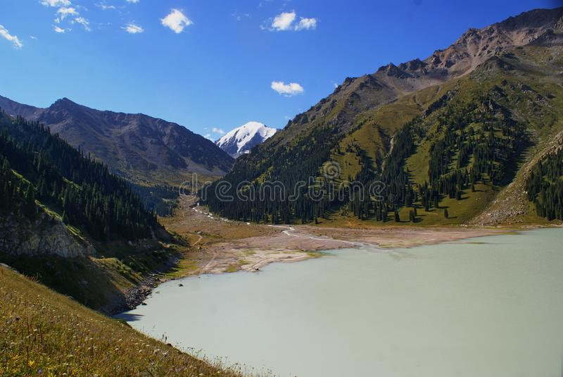 Fotos del lago en las montañas en Kazajistán fotos de archivo libres de regalías