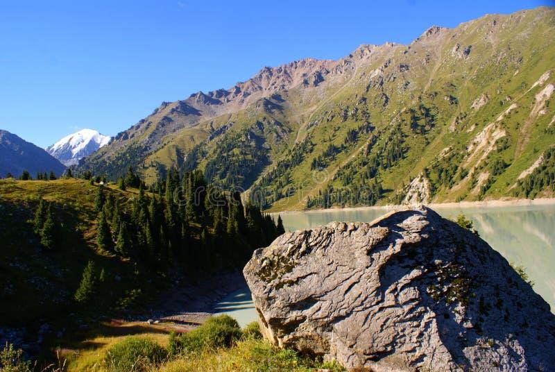 Fotos del lago en las montañas en Kazajistán imagen de archivo