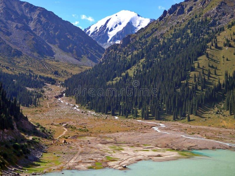 Fotos del lago en las montañas en Kazajistán imagenes de archivo