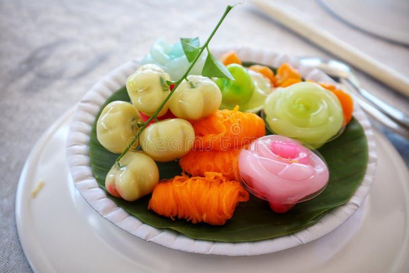 Fotos del primer de dulces tailandeses, del relleno fruta-formado de las nueces, dulce y delicioso con las placas fotografía de archivo libre de regalías