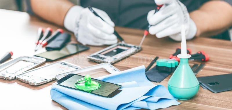 Fotos del primer que muestran proceso de la reparación del teléfono móvil foto de archivo libre de regalías