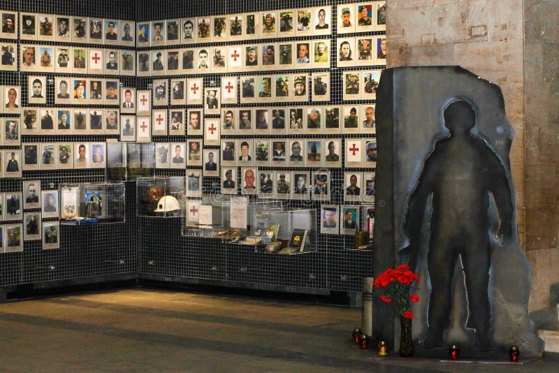 Fotos del soldados muertos, combatientes del ejército ucraniano, en el museo de Operation antiterrorista en Dnepr, Dnepropetrovsk foto de archivo
