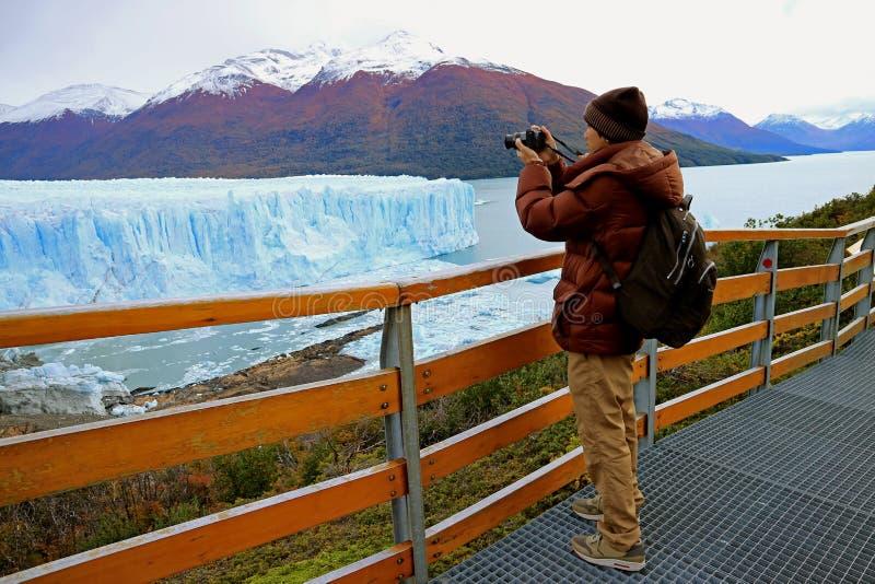 Fotos del tiroteo del hombre de Perito Moreno Glacier del paseo marítimo en el parque nacional del Los Glaciares, EL Calafate, la fotografía de archivo libre de regalías