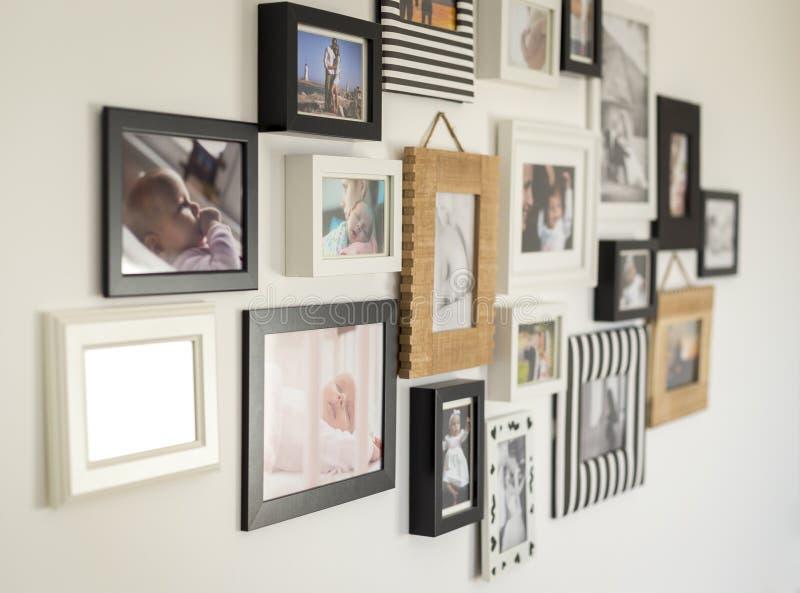 Fotos der Familie in den verschiedenen Fotorahmen lizenzfreie stockfotografie