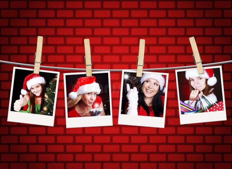 Fotos der Weihnachtsmädchen, die an der Wäscheleine hängen lizenzfreies stockfoto