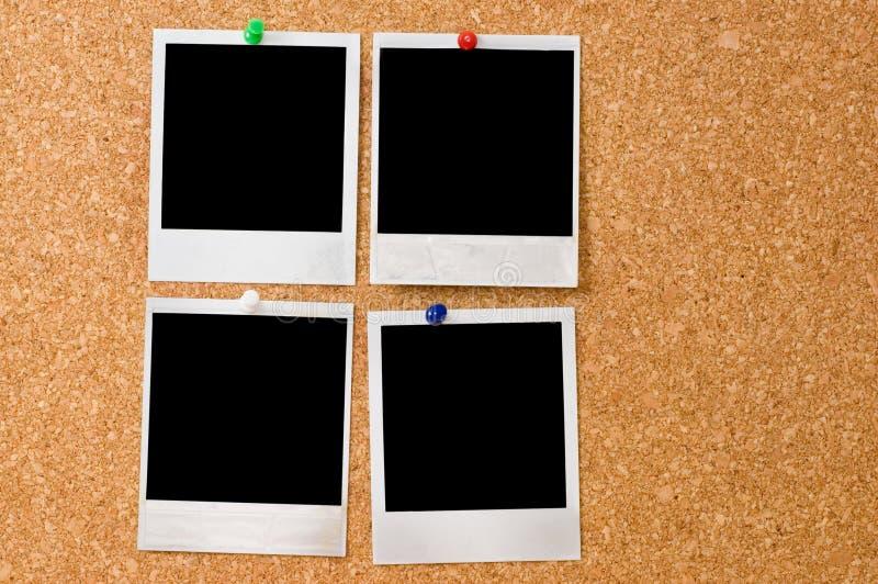 Fotos do Polaroid em um corkboard fotografia de stock