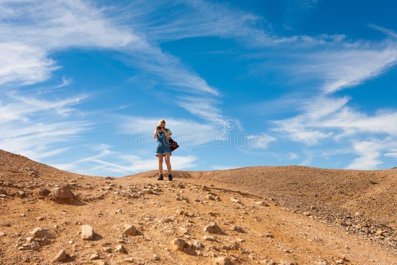 Fotos do takig da jovem mulher na atração turística vermelha da garganta, Israe fotos de stock