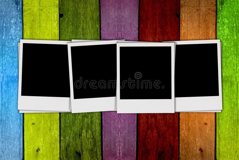 Fotos em branco no fundo de madeira ilustração stock