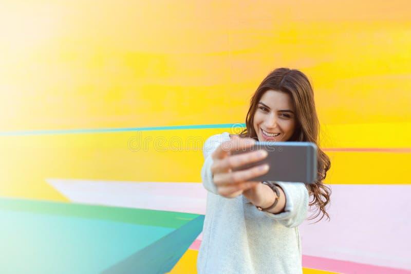 Fotos felices del selfie de la mujer que toman al aire libre en la ciudad fotos de archivo libres de regalías