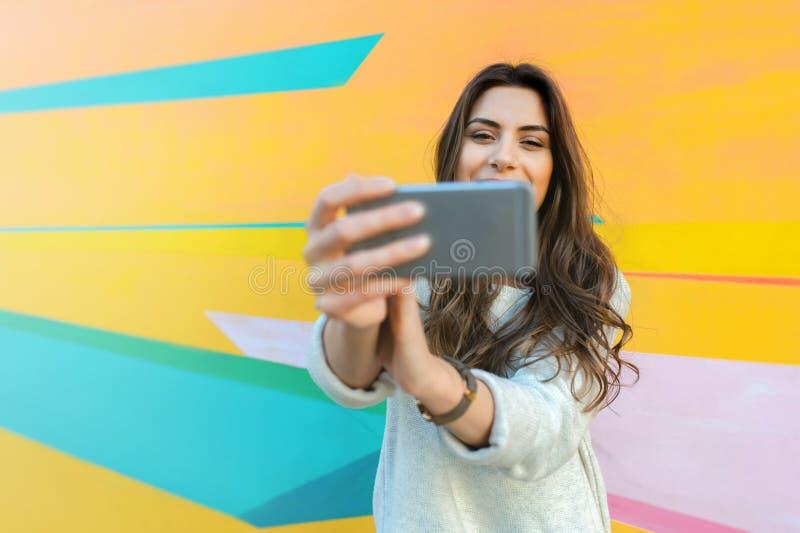 Fotos felices del selfie de la mujer que toman al aire libre en la ciudad imagen de archivo libre de regalías