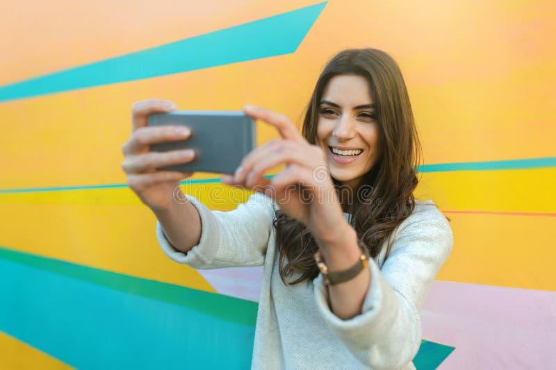 Fotos felices del selfie de la mujer que toman al aire libre en la ciudad foto de archivo libre de regalías