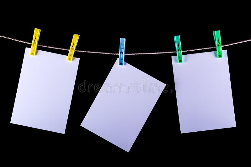 Fotos impressas a secar em uma corda imagem de stock