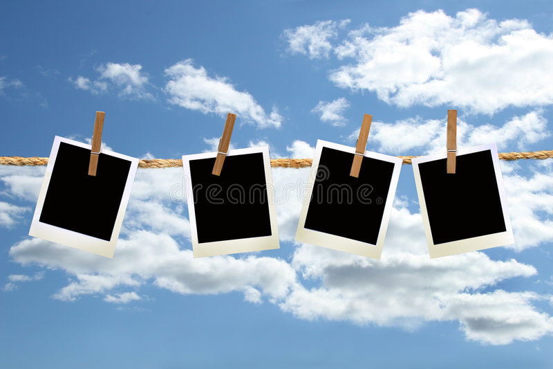 Fotos polaroid que cuelgan en una cuerda con los clothespins fotografía de archivo libre de regalías