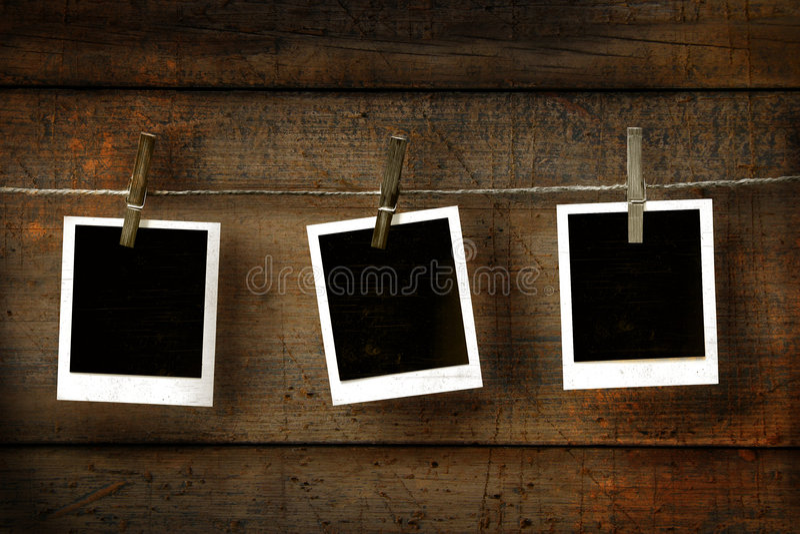 Fotos polaroid viejas en la madera imagen de archivo libre de regalías