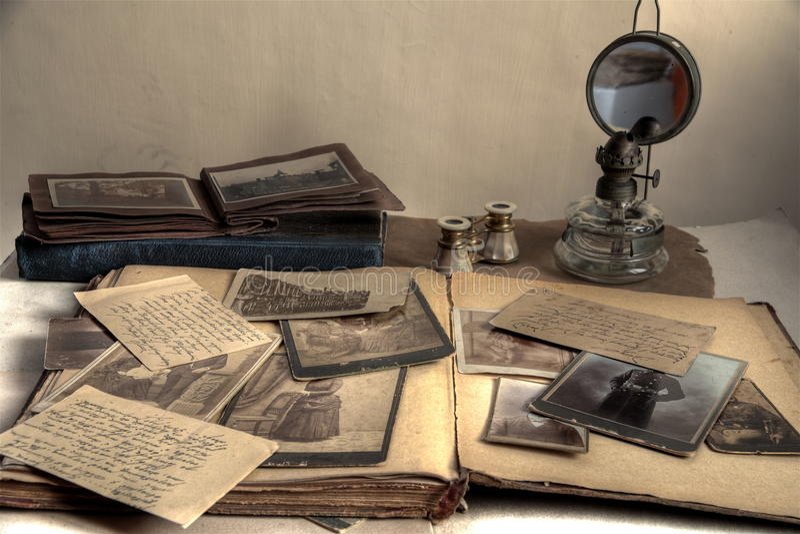 Fotos, postal, cartas, álbum y libro viejos. fotos de archivo