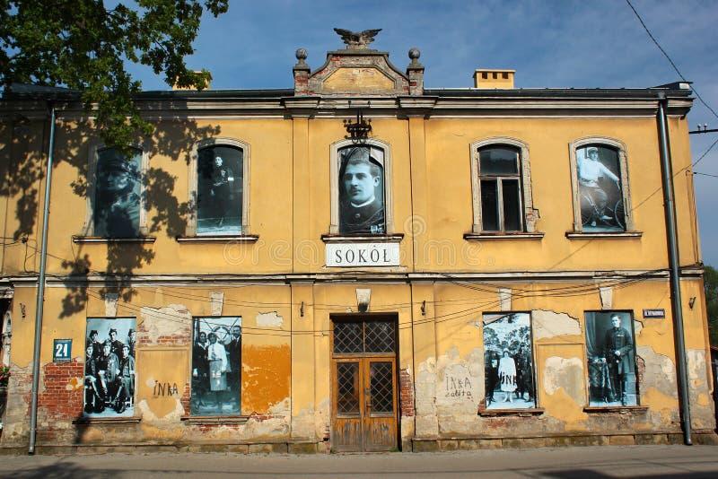 Fotos retros nas janelas de uma construção em Stalowa Wola, Polônia fotografia de stock
