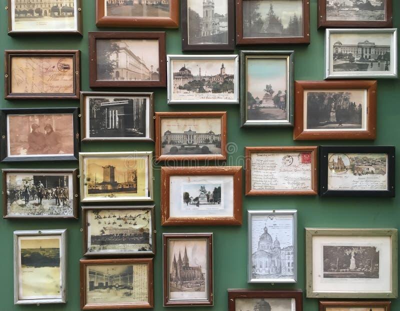 Fotos velhas na parede fotos de stock royalty free