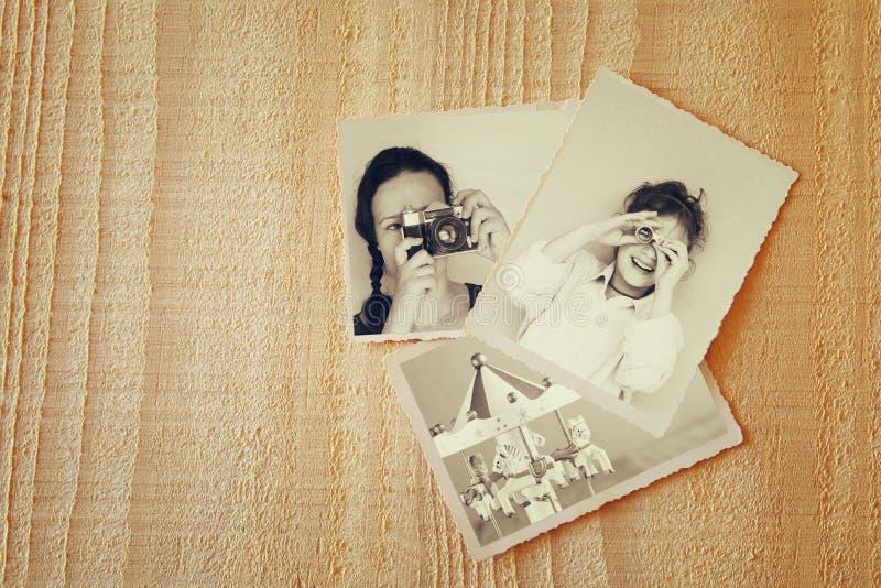 Fotos velhas sobre o fundo textured de madeira Vintage filtrado imagem de stock