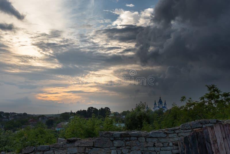 Fotoserie - domkyrka av St George i staden av Kamyanets-Podolsky, Ukraina, under den dramatiska himlen - 3 arkivbilder