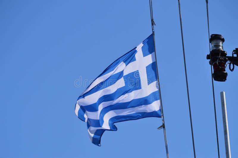 Fotoskott av en segelbåt på havet från den underbara flaggan av Grekland Trans.landskap, kryssningar, lopp royaltyfri fotografi