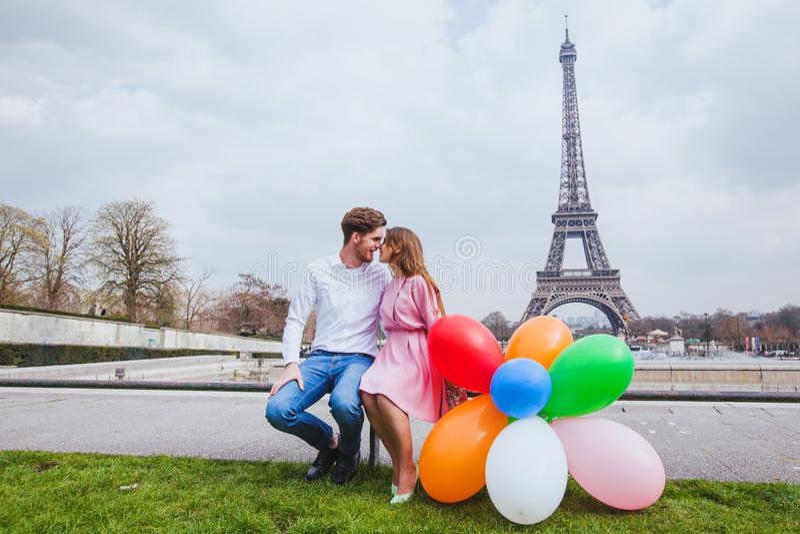 Fotospruit, gelukkig paar met ballons die dichtbij de toren van Eiffel in Parijs stellen royalty-vrije stock afbeeldingen