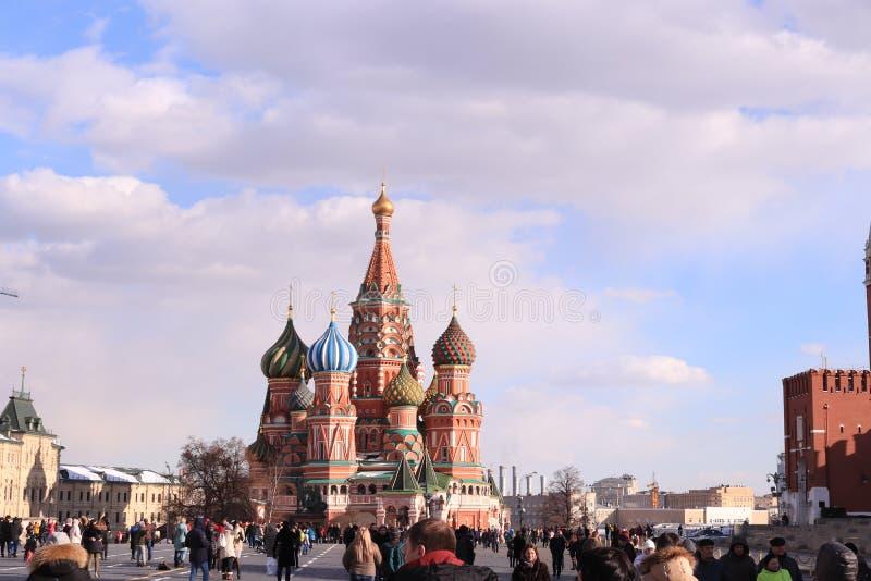 Fotost Basilicum` s Kathedraal in Rood Vierkant in de lente, Rusland, Moskou stock afbeelding