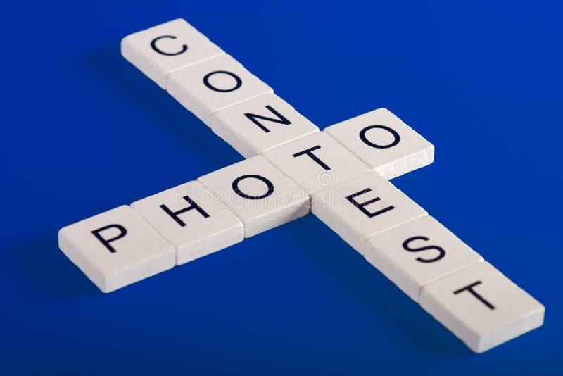 Fotostriduttryck av trävita kvarter, blå bakgrund fotografering för bildbyråer