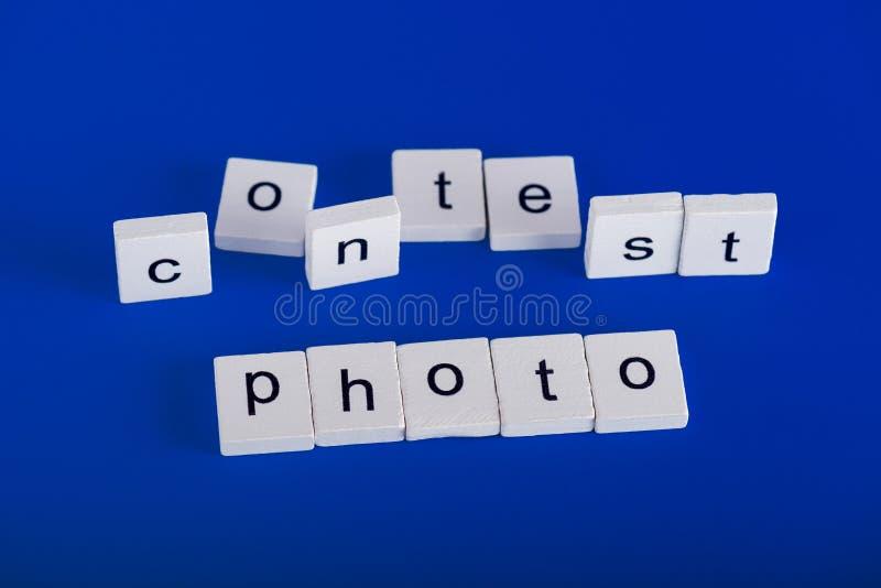 Fotostriduttryck av trävita kvarter, blå bakgrund royaltyfri foto