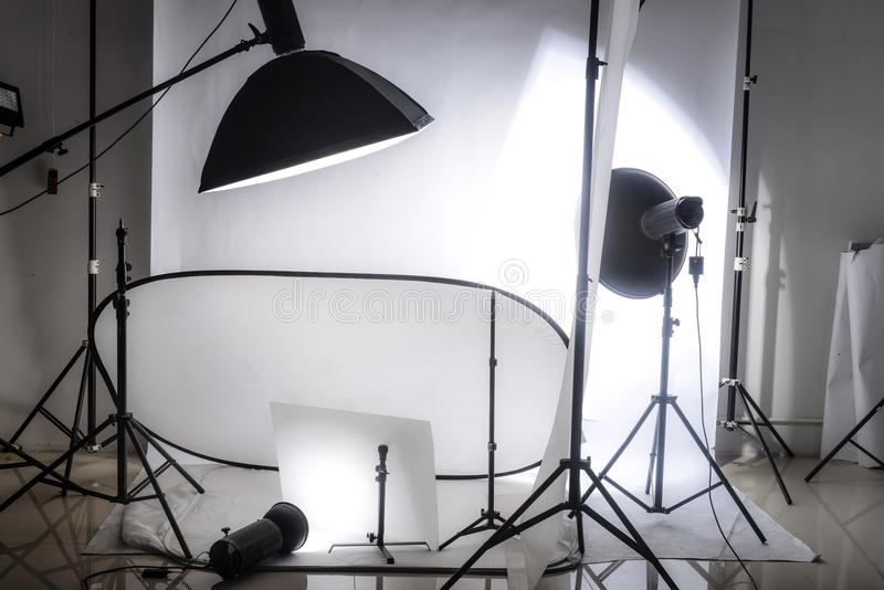 Fotostudio mit Lichtern und weißem Hintergrund stockbild