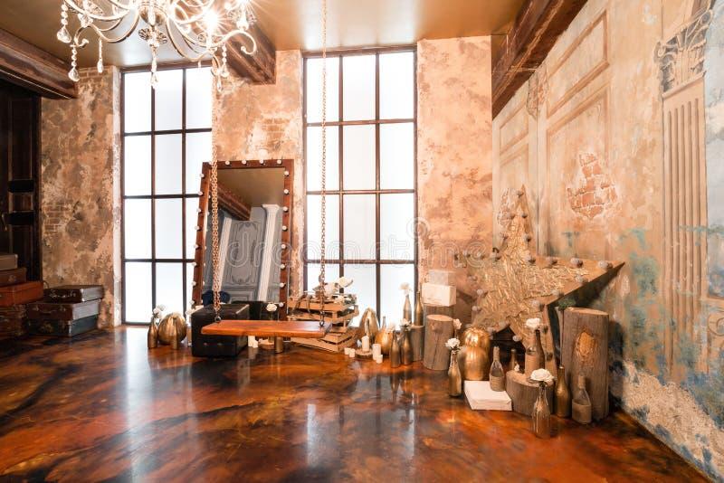 Fotostudio Zolderbinnenland met spiegel, kaarsen, bakstenen muur, groot venster, woonkamer, koffietafel in modern ontwerp stock afbeelding