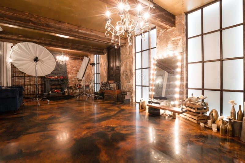 Fotostudio Zolderbinnenland met spiegel, kaarsen, bakstenen muur, groot venster, woonkamer in modern ontwerp royalty-vrije stock afbeelding