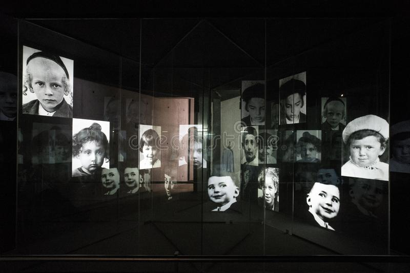 fotoutställning av fotografier av det andra världskriget tilldelat till offren av förintelsen under nazistperioden in arkivbild