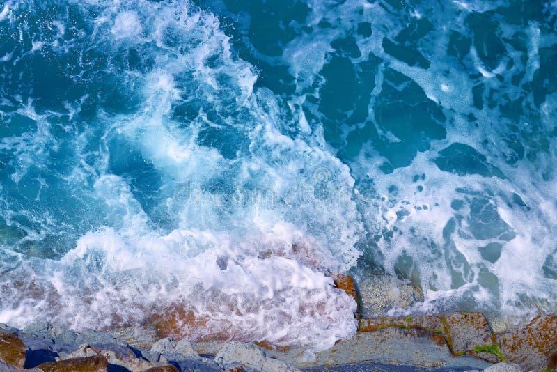 Fotovackra blåhavsvågor och stänk royaltyfria bilder
