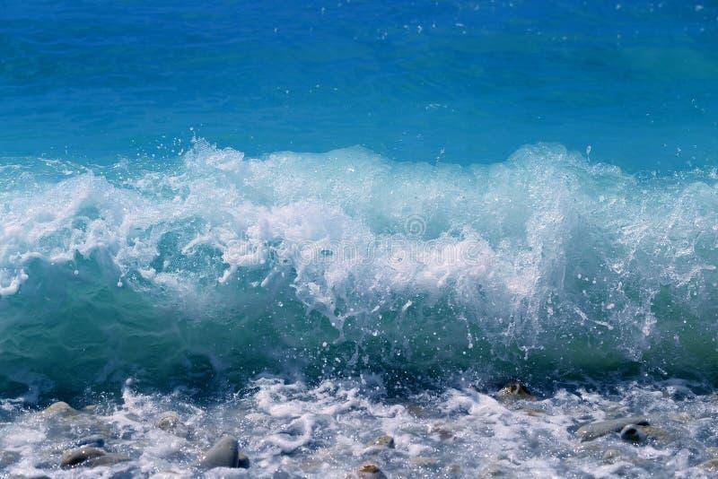 Fotovackra blåhavsvågor och stänk royaltyfria foton