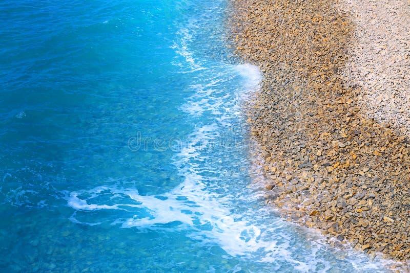 Fotovackra blåhavsvågor och stänk royaltyfri foto