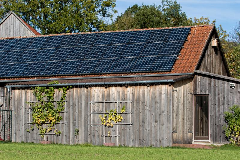 Fotovoltaïsch op een klassiek bakken dak royalty-vrije stock foto