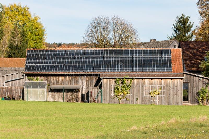 Fotovoltaïsch op een klassiek bakken dak stock fotografie
