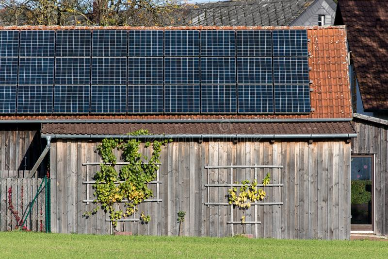 Fotovoltaïsch op een klassiek bakken dak royalty-vrije stock afbeeldingen
