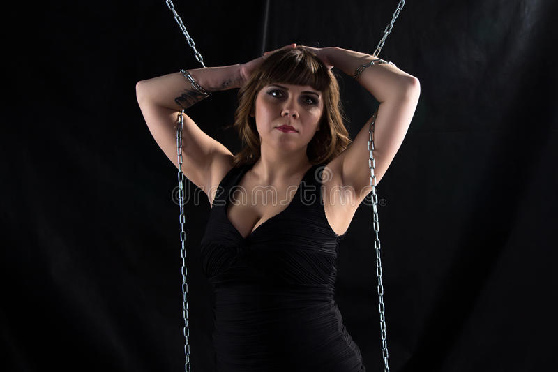 Fotovrouw met handen op hoofd, kettingen stock afbeeldingen