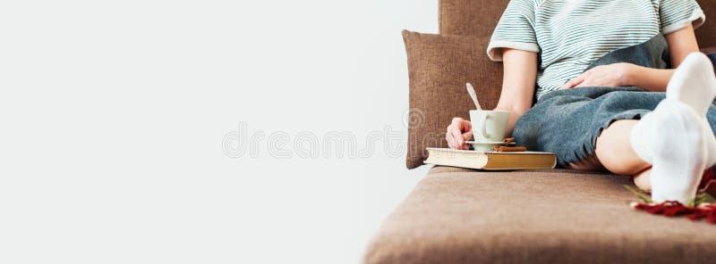 Fotovrouw Sofa Bed met de Rust van de Kopmelk Zachte Plaid stock fotografie