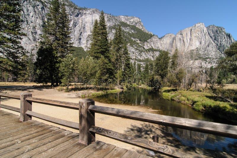 FotoYosemite Nationalpark an einem schönen sonnigen Tag lizenzfreie stockfotos