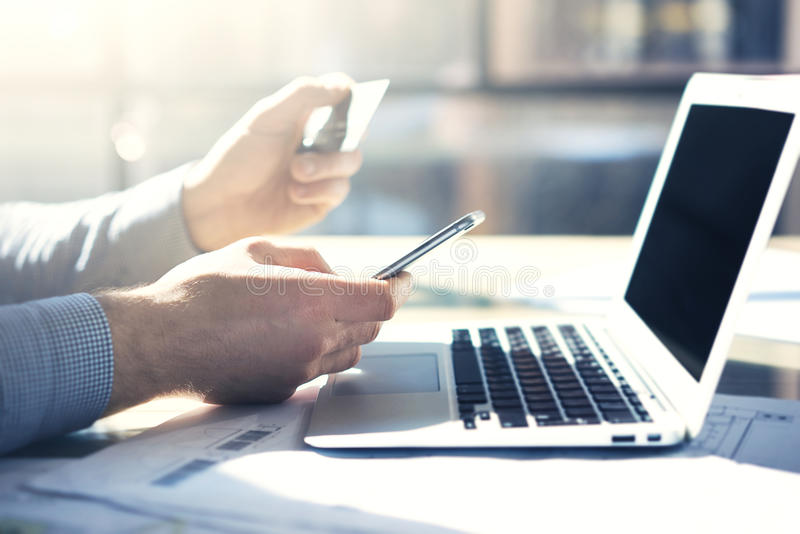 Fotozakenman die met generische smartphone van het ontwerpnotitieboekje werken Online betalingskredietkaart, texting toetsenbord stock fotografie